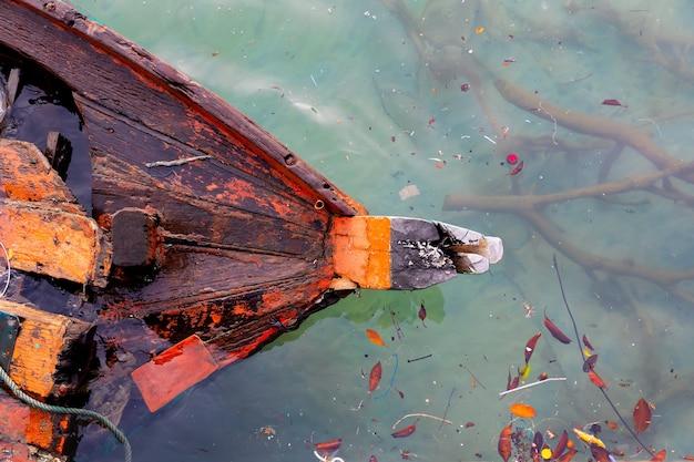 Barco velho afogado pelo mar de alto ângulo