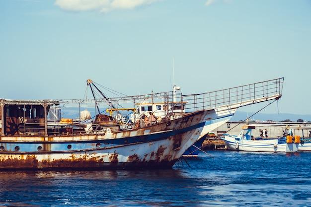 Barco velho enferrujado