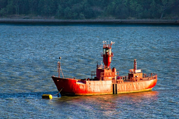 Barco velho no porto de harwitch, mostrando lugar perigoso