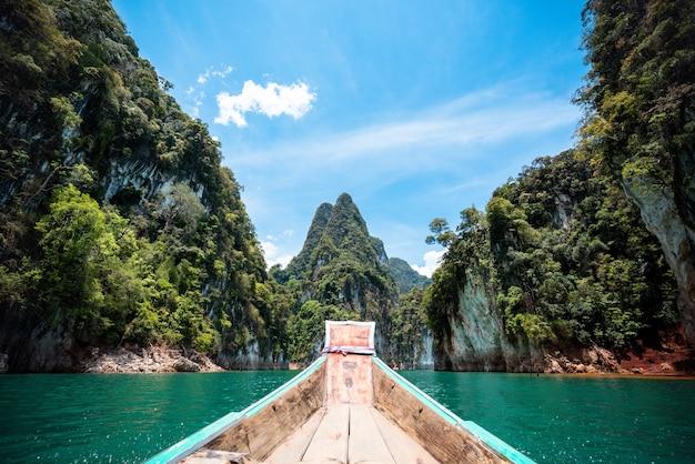 Barco viajando pelo grande canyon ou ilhas na tailândia