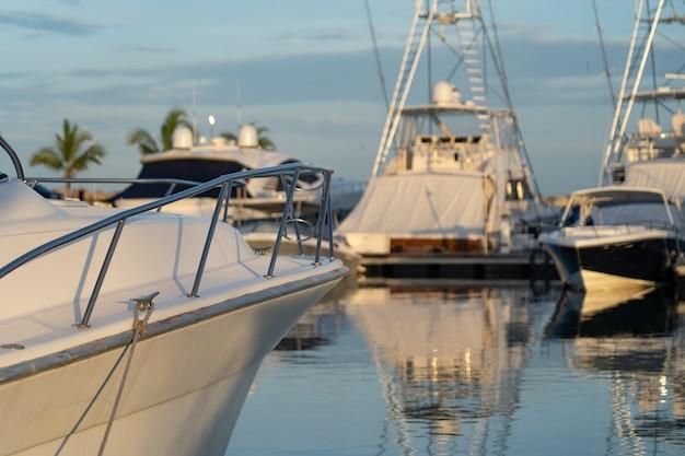 Barcos a motor ancorados em um dia ensolarado na marina e no céu azul. conceito de viagens e férias.