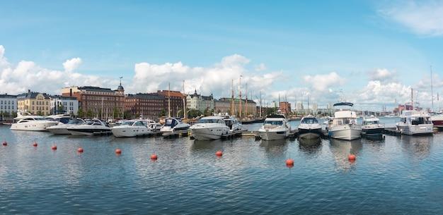 Barcos a motor atracados no porto do porto do norte, helsinque, finlândia