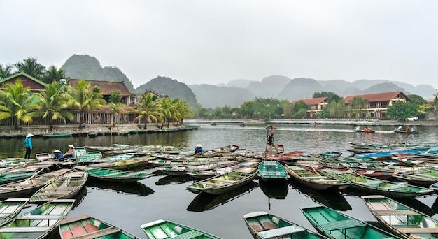 Barcos a remo na cidade de tam coc na área cênica de trang an, província de ninh binh, no vietnã