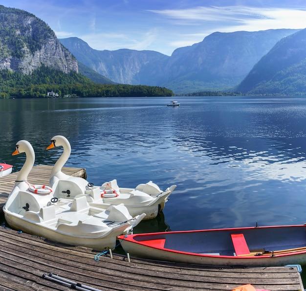 Barcos a remo para alugar no lago hallstatt, áustria