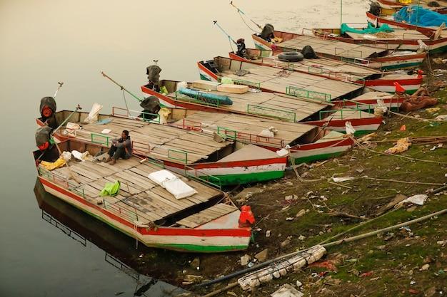 Barcos a remo para turistas no lado do lago
