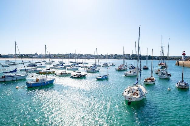 Barcos à vela atracados em bóias no porto de erquy, na bretanha