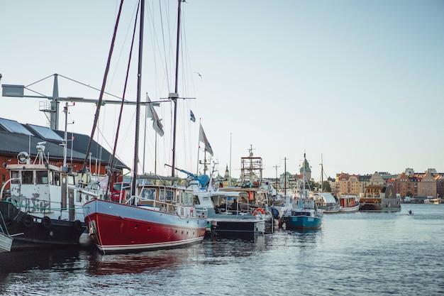 Barcos à vela e iates no cais em estocolmo frente ao centro da cidade