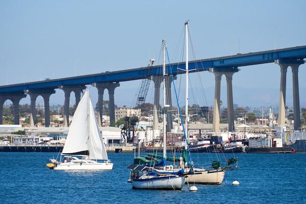 Barcos à vela na área da orla. ponte de san diego