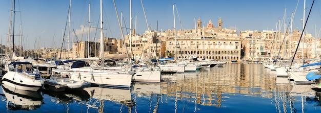 Barcos à vela na marina de senglea em grand bay, valetta, malta