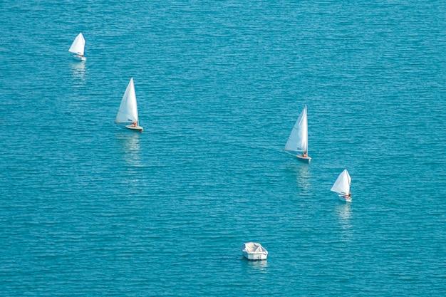 Barcos à vela no mar iates no mar