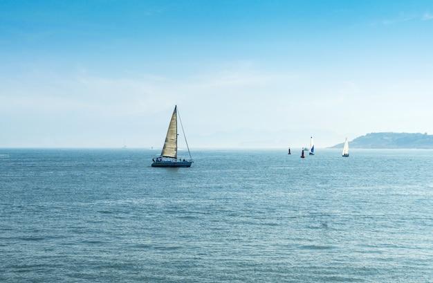 Barcos à vela no mar, qingdao olympic sailing center, china
