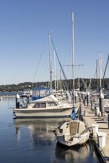 Barcos à vela no museum harbor of kappeln, alemanha