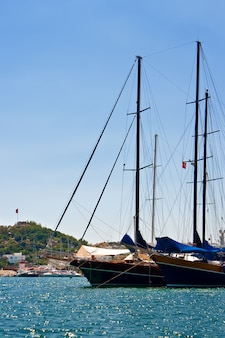 Barcos à vela no porto