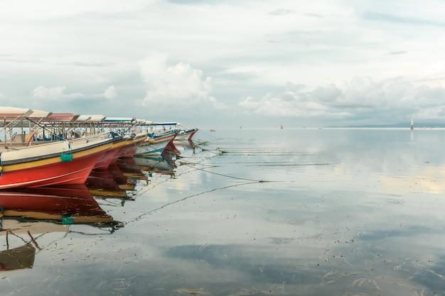 Barcos abandonados na ilha de bali sem turistas