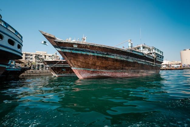 Barcos abra transporta negócios de cruzeiros no bay creek.