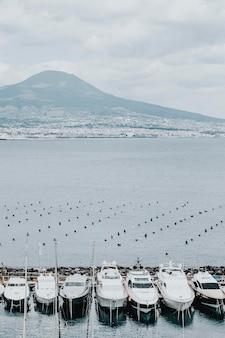 Barcos atracados em um píer em nápoles, itália