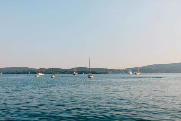 Barcos atracados na baía de kotor, no fundo da península
