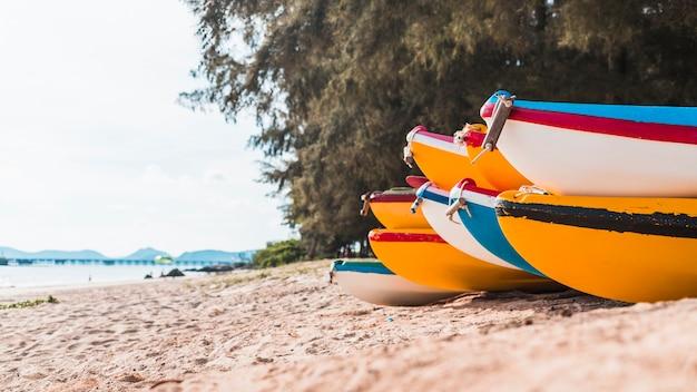 Barcos coloridos na costa do mar de areia