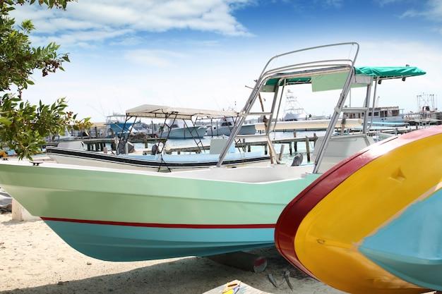 Barcos coloridos na praia de isla mujeres, méxico