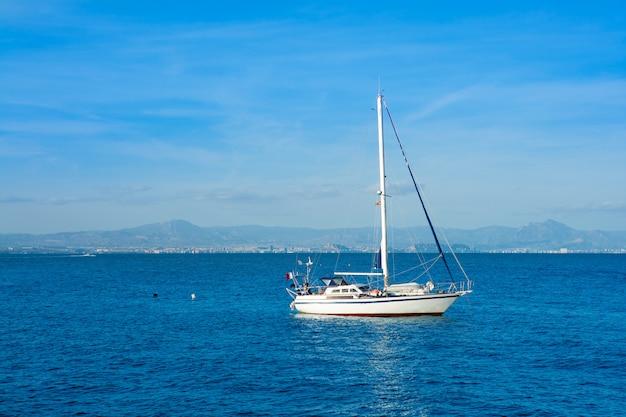 Barcos das ilhas de tabarca na espanha de alicante