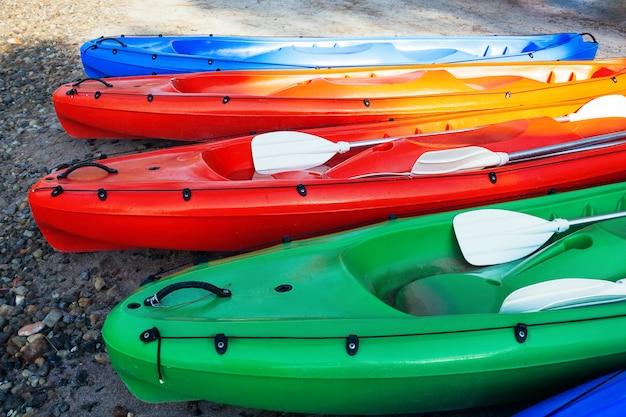 Barcos de canoa coloridos na praia, vista closeup