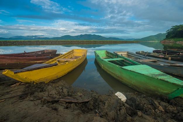 Barcos de cor no lago