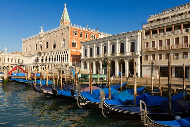 Barcos de gôndola e palácio doge no dia de verão, veneza, itália