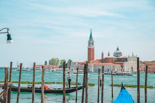 Barcos de gôndola no famoso local de viagens da baía de veneza