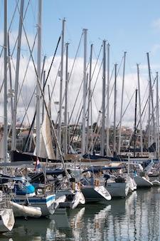 Barcos de luxo ancorados nas docas