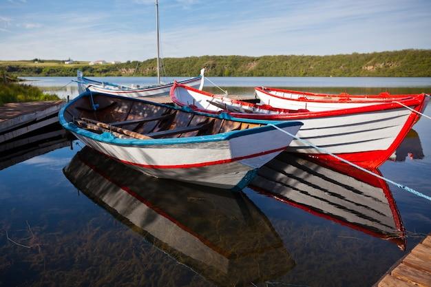 Barcos de madeira coloridos em um lago