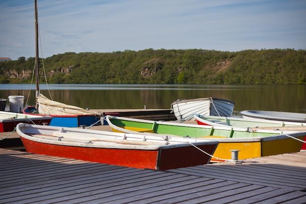 Barcos de madeira coloridos