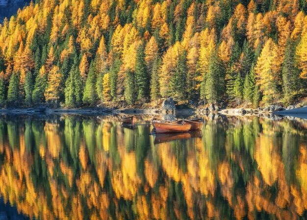 Barcos de madeira no lago braies ao nascer do sol