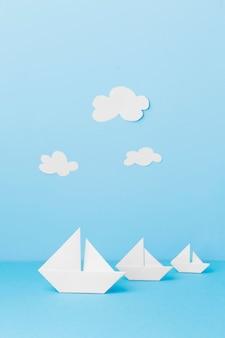 Barcos de papel branco de alto ângulo