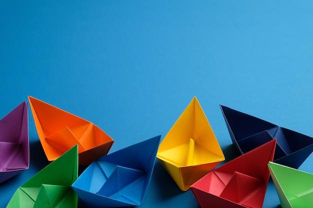 Barcos de papel colorido