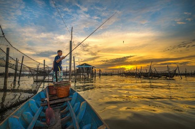 Barcos de pesca asiáticos coloridos tradicionais na aldeia piscatória