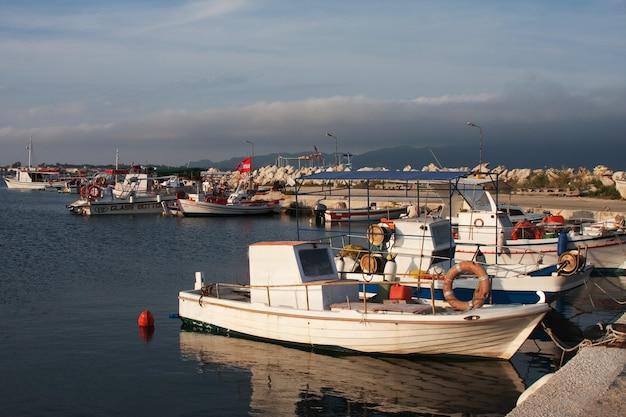 Barcos de pesca atracados no porto da cidade de zante, zakynthos, grécia