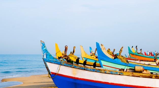 Barcos de pesca coloridos, kerala, índia
