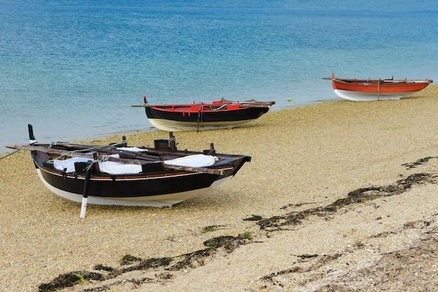 Barcos de pesca de madeira secam na praia
