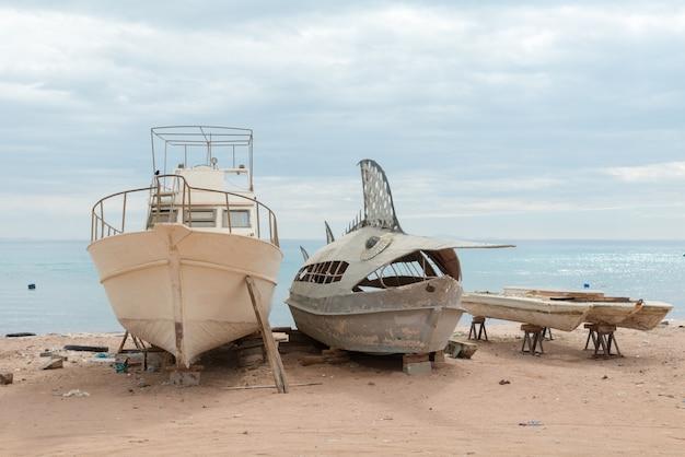Barcos de pesca desertos