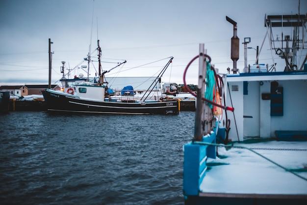 Barcos de pesca durante o dia