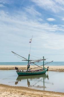 Barcos de pesca e praias costeiras no sul