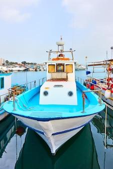 Barcos de pesca em larnaca, chipre