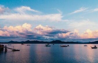 Barcos de pesca em um porto e um céu