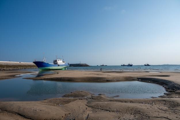 Barcos de pesca encalhados na praia após a maré baixa