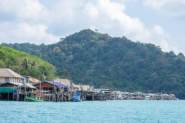 Barcos de pesca estacionados no mar de verão em koh kood