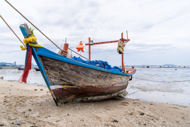 Barcos de pesca estão estacionados na praia.