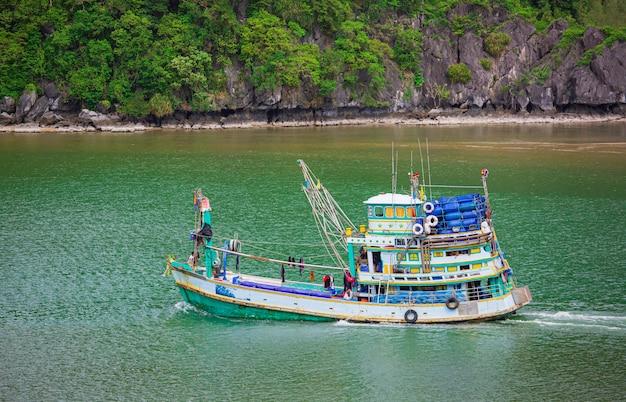 Barcos de pesca flutuando no mar. pescadores no barco. barco de pesca navegando na montanha.