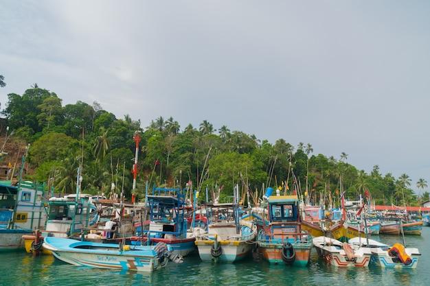 Barcos de pesca multicoloridos no porto.