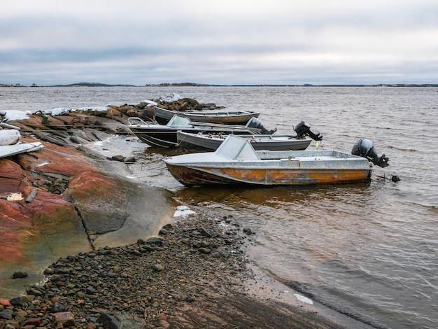 Barcos de pesca na costa do mar branco. aldeia de pescadores rabocheostrovsk na costa do mar branco durante a maré baixa.