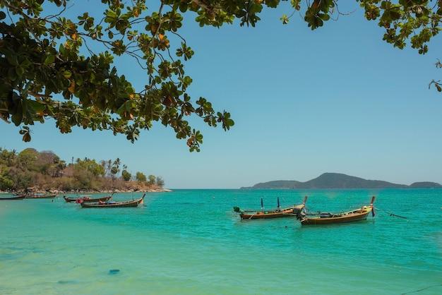 Barcos de pesca na costa do mar na tailândia, na ilha de phuket.